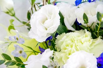 白と青の色合いが美しいアレンジメント。