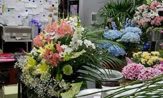 花に囲まれた作業場
